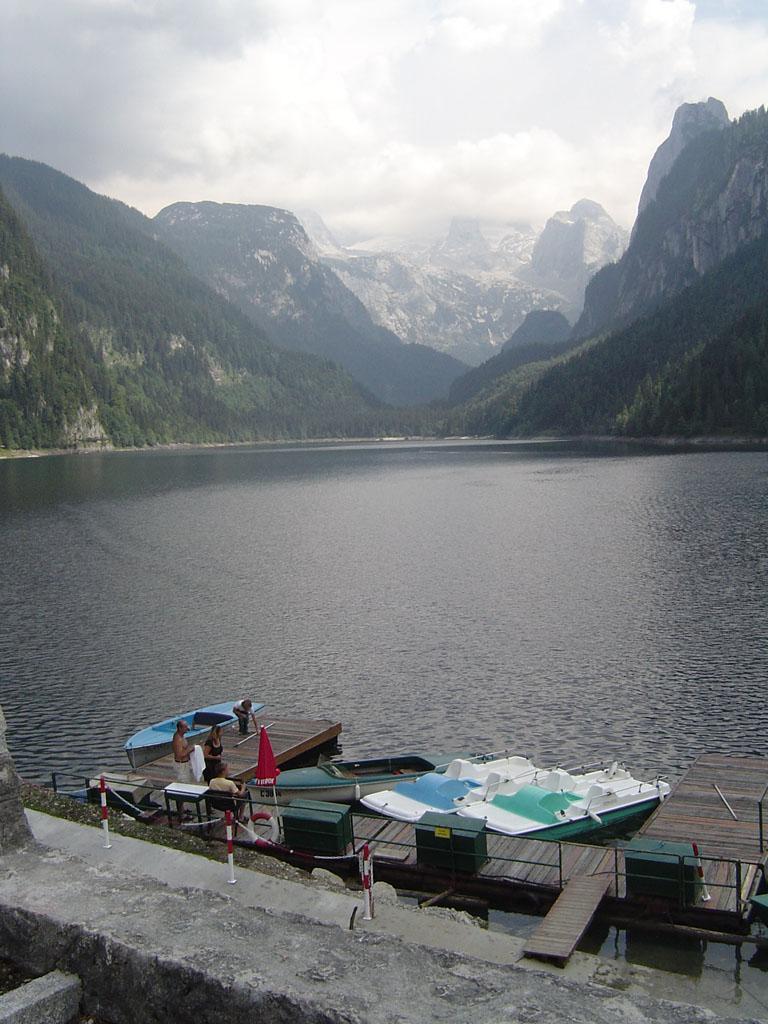 Bateaux sur un lac de montagne, en Autriche