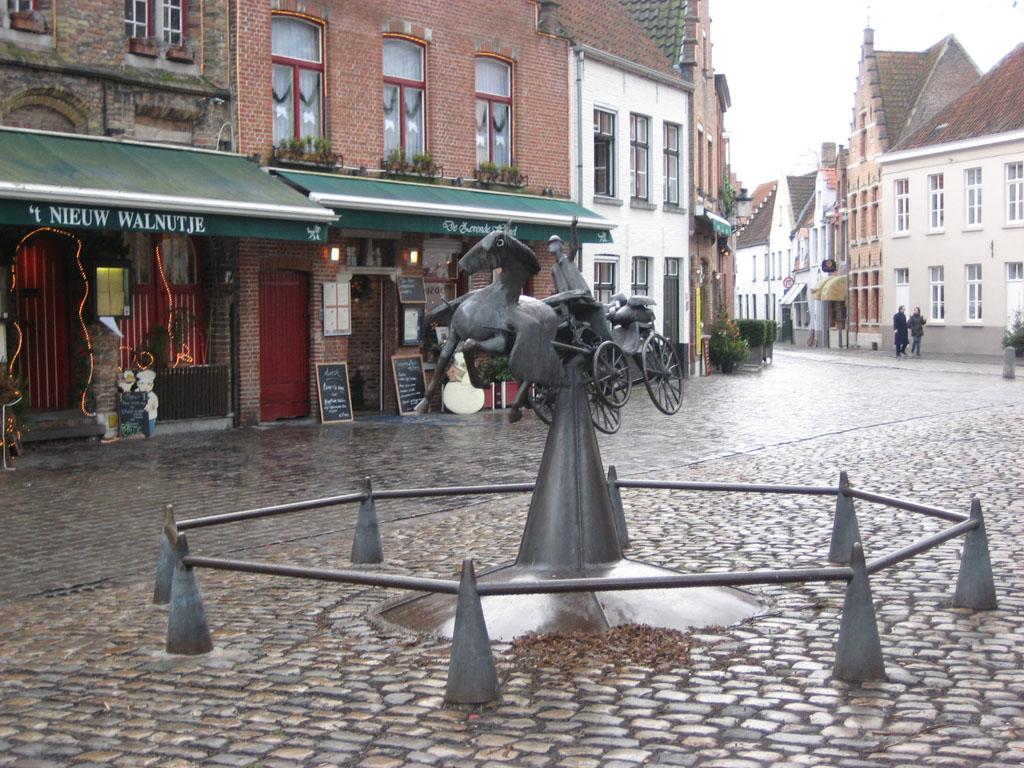 Un petit rond point, dans le centre ville de Bruges
