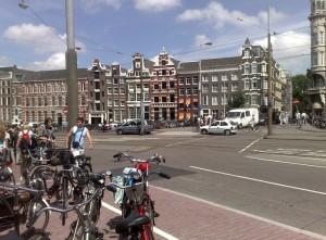 Velos et architecture typique du centre ville d'Amsterdam