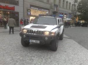 Des policiers dans leur hummer, centre ville de Prague